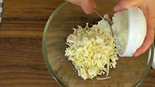 смешаем 2 типа сыра и молоко