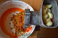 перекручиваем перец и чеснок