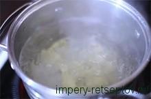 поставить кастрюлю на плиту