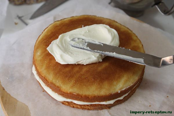 разрезанный бисквит промазать кремом