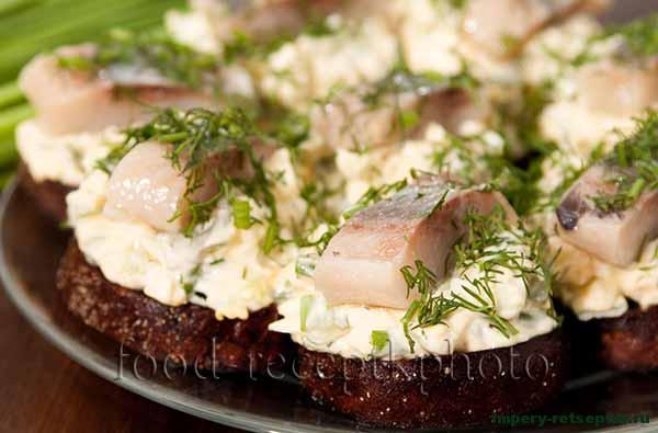 Тартинки с селедкой и яичной начинкой