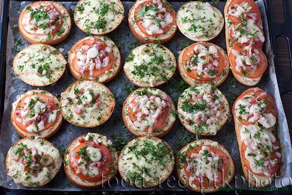 Мини-пицца на булочках