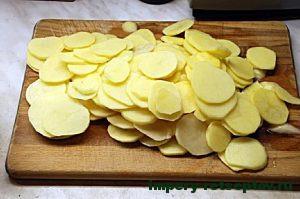 Картофель порезать нетолстыми кружочками