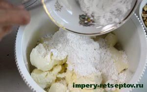 В сливочный сыр засыпать сахарную пудру