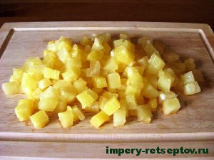 нарезать ананасы