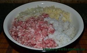смешать, фарш, рис и капусту