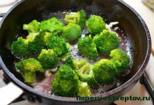 Обжарить брокколи
