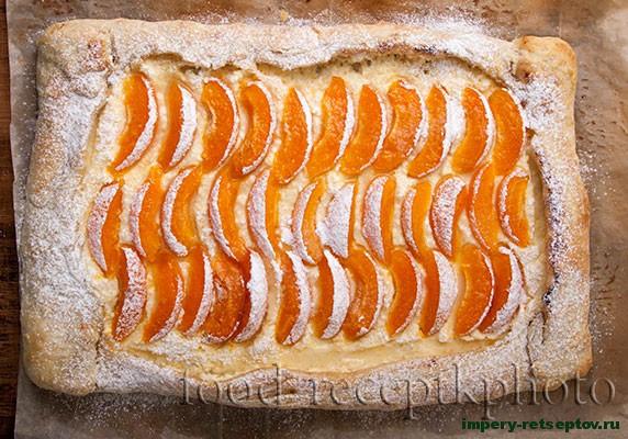 Пирог с абрикосами и творогом