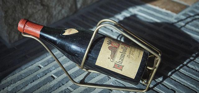 вино на подставке