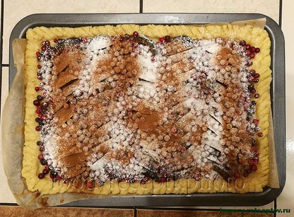 Пирог с брусникой и сливами
