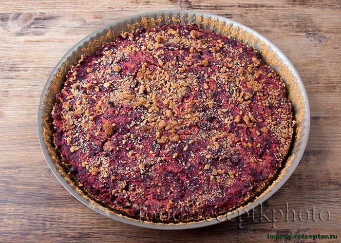 Свекольный пирог с яблоками и изюмом