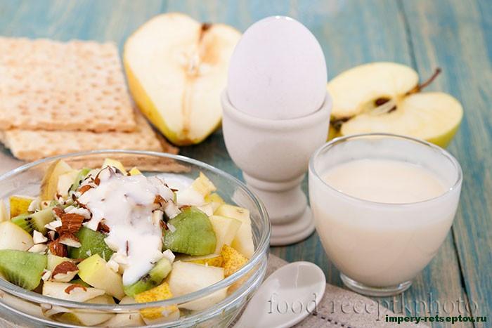 Фруктовый салат из груши, яблока и киви