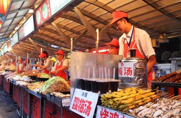 еда на рынке Дунхуамень