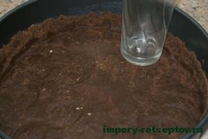 измельченное печенье выложить на дно формы