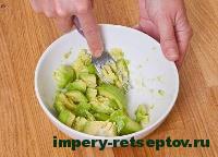 размять авокадо вилкой