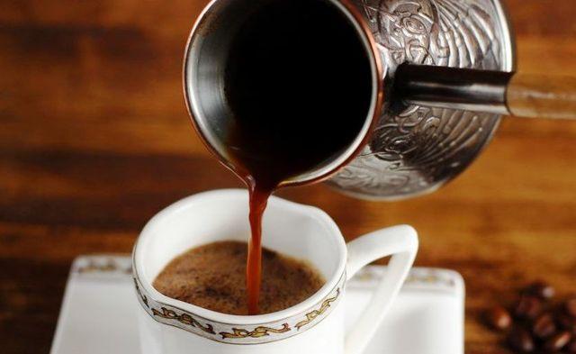 налить кофе из турки