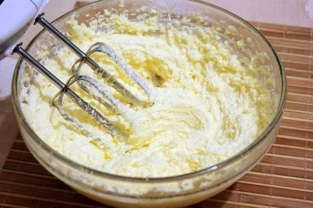 смешать сливочное масло с сахаром