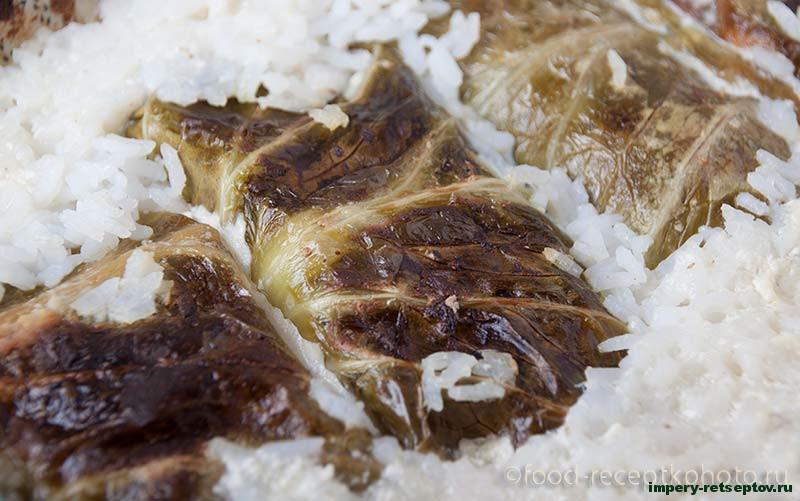 Голубцы с мясным фаршем в сметанной заливке с рисом