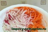 смешать редис и морковь