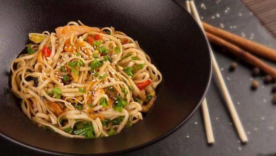 Китайская лапша с помидорами и чесноком