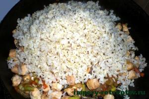 добавить рис на сковороду