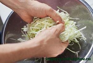 перетереть капусту с солью