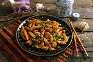 свинина по-китайски на тарелке