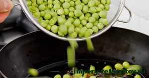 выложить зеленый горошек на сковороду