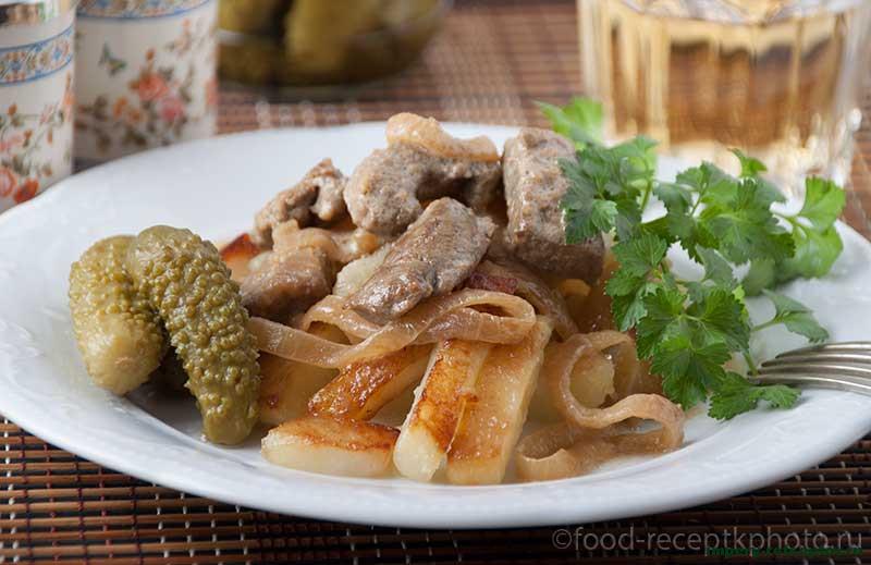 Печень говяжья с сухими грибами и луком