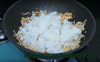 всыпать рис в сковороду