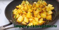 добавить в картофель воду и соус