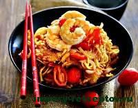 готовая китайская лапша с креветками и свининой