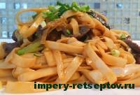 готовая китайская лапша с куриной печенью и грибами