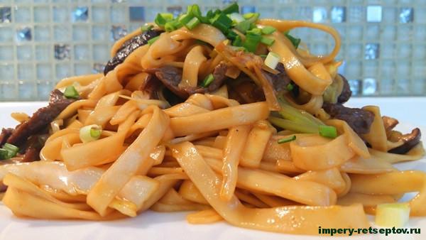 китайская лапша с куриной печенью и грибами