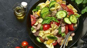 китайский салат с тунцом, овощами и макаронами