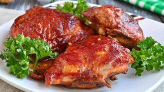 курица в соевом соусе на тарелке