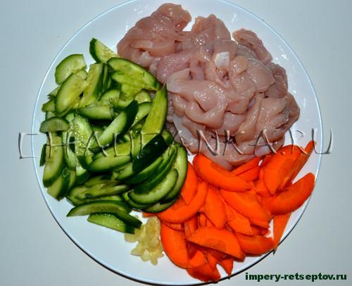 Теплый салат с грибами, курицей и огурцом