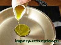 налить масло в сковороду