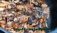обжарить курицу, грибы и лук