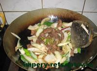 обжарить мясо  с сельдереем