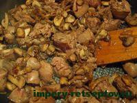 обжарить печень с грибами