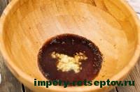 смешать имбирь. соевый соус  и минину