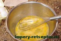смешать яйца с луком