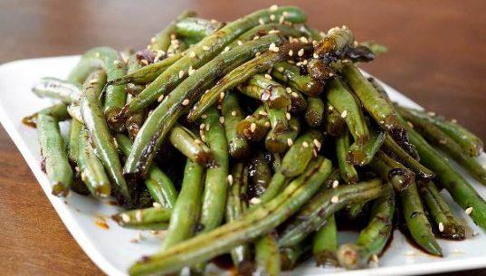спаржевая фасоль по-китайски на тарелке