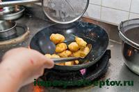 высыпать фрукты в карамель