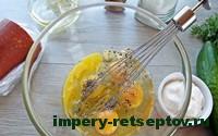 взбить яйца с перцем и солью