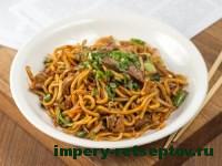 жареная лапша по-китайски на тарелке