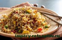 жареный рис с овощами на тарелке