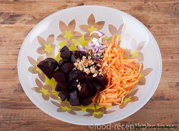 Салат из свеклы и моркови с медово-горчичной заправкой