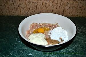 добавить яйцо, крахмал и майонез
